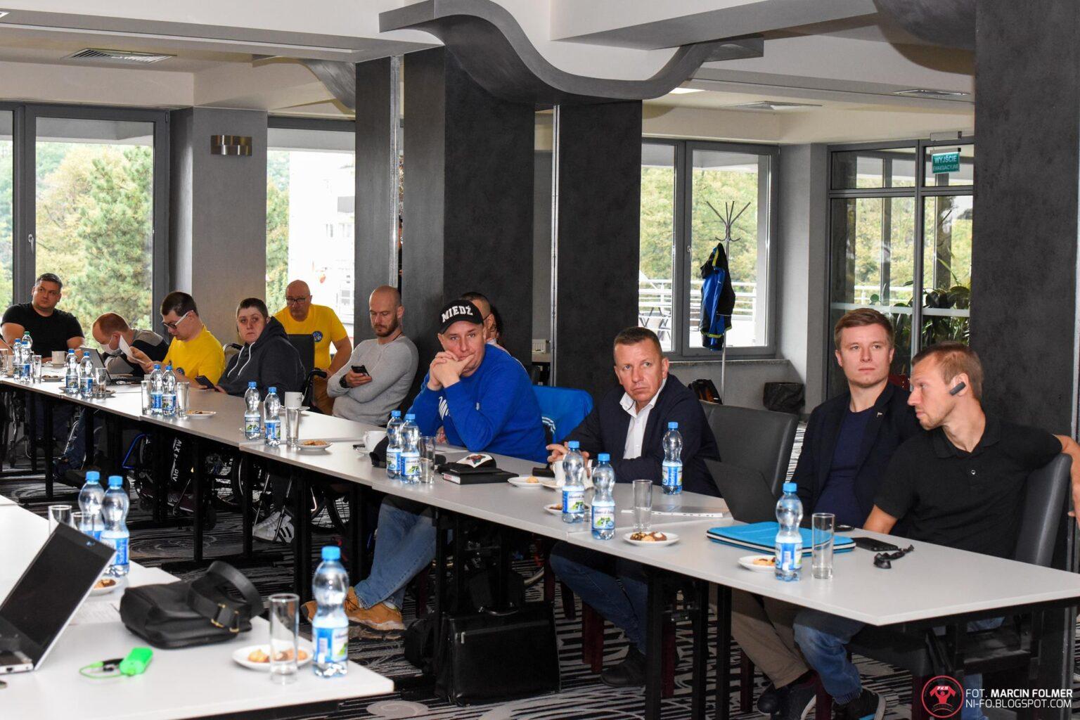 Uczestnicy warsztatów przy stołach.