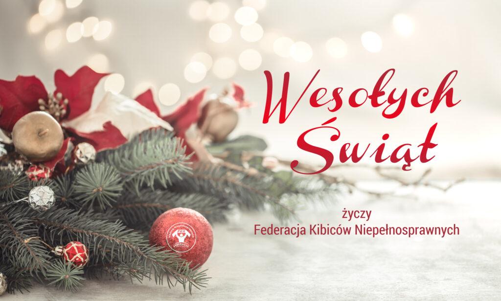 Kartka świąteczna, z lewej strony gałązki świerku ustrojone, z prawej strony czerwony napis: Wesołych Świąt życzy Federacja Kibiców Niepełnosprawnychnapis