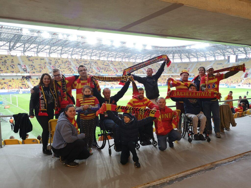 Grupowe zdjęcie kibiców Jagiellonii na stadionie