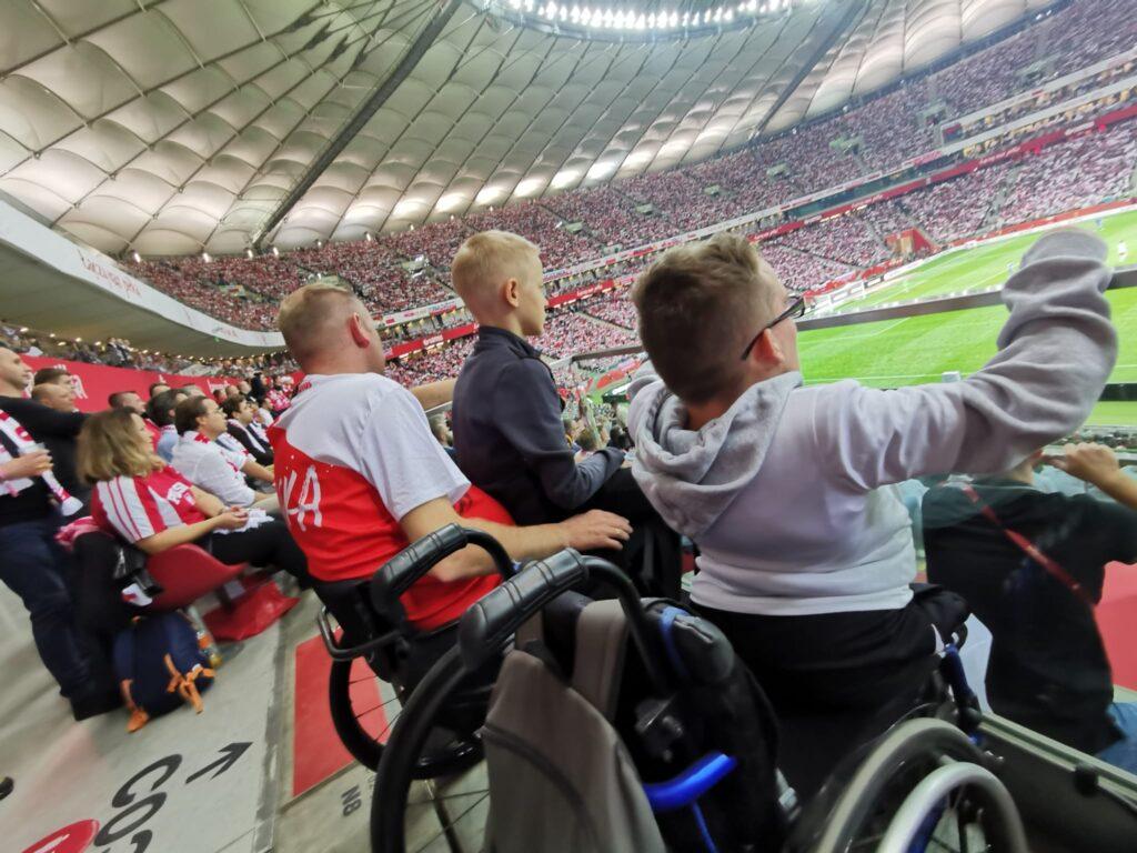 Dwie osoby na wózku na trybunach Stadionu Narodowego